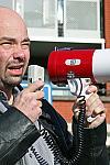 Patrick Zoomermeijer met megafoon